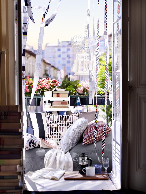 1b9ea0a72 Atmosféru na balkóne výborne dotvoria vhodné doplnky. Obklopte sa tým, čo  máte radi a čo sa vám páči. Môžete použiť záhradné sošky, sviečky, vázičky,  ...